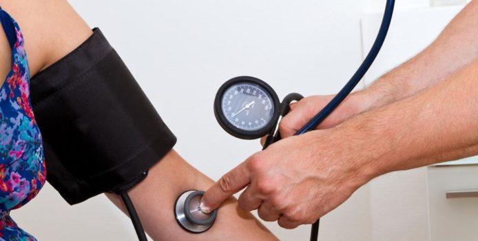 Ja si ta dalloni tensionin e lartë të gjakut pa e matur fare