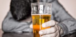 Alkooli dëmton trurin më shumë se kanabisi