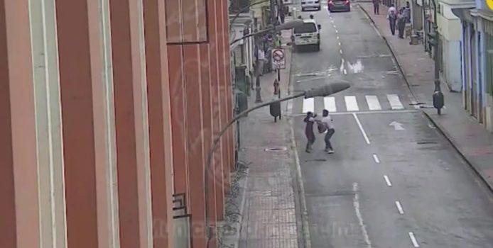 Kjo video e një hajduti që vjedh telefonin e një vajze po bëhet mjaft e famshme në internet.