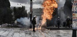 Tifozët e AEK dhe PAOK shkatërrojnë makina e vitrina dyqanesh. VIDEO