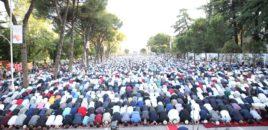 Falja e namazit e Fitër Bajramit në Bulevard nga myslimanët.