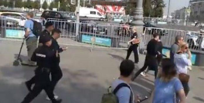 Gazetari rus arrestohet teksa ishte duke raportuar live. VIDEO