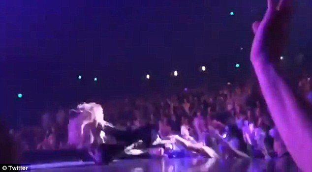 Jennifer Lopez rrëzohet  skenë gjatë …