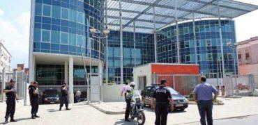 Plas tek Prokuroria e Krimeve të Rënda. Kryeprokurorja kërkon mbrojtje me truproja
