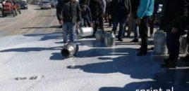 Përplasje me policinë/ Fermerët dhe blegtorët, bllokojnë rrugën Lushnjë – Fier. VIDEO
