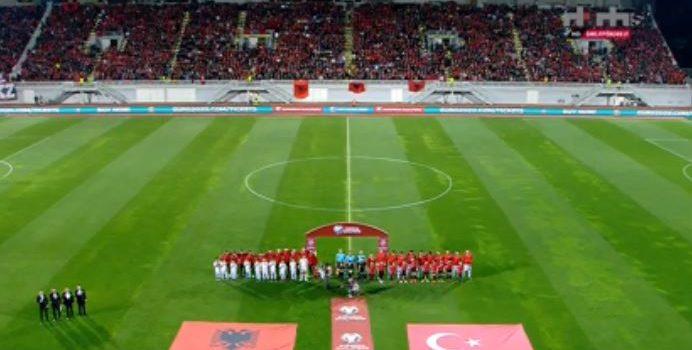 Akuza nga Turqia: Na vërshëllyen himnin