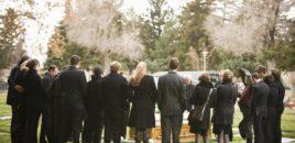 Horror/ E deklaruan të vdekur, 25-vjeçari lëviz gjatë funeralit