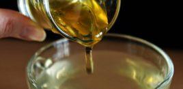 Përdorni ujë të ngrohtë dhe mjaltë për shkrirjen e dhjamit te beli