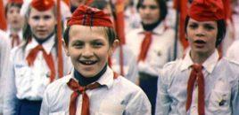 """Terror tek nxënësit/  Më """"29 nëntor"""" të shkojnë në shkollë me simbolet komuniste, kapele partizane me yllin e kuq."""
