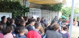 Radhë të gjata tek ambasada gjermane. Si në vitet '90-të, të rinjtë mbajnë radhë në shi