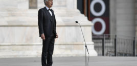 Tenori i famshëm italian Andrea Bocelli interpretoi sot Amazing Grace nga katedralja e zbrazët Duomo.
