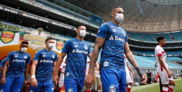 Të luhet futboll me maskë. Kush e ka provuar është kundër