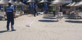 Policia e Durrësit shkul çadrat dhe shezlongët nga plazhi