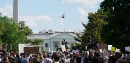 Protestuesit rrethojnë Shtëpinë  e Bardhë/ Evakuohet Trump…