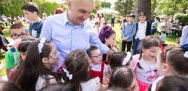 Presidenti Meta uron fëmijët për 1 Qershorin