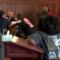 Sherr në sallën e gjyqit, vëllezërit rrahin vrasësin e nënës. VIDEO